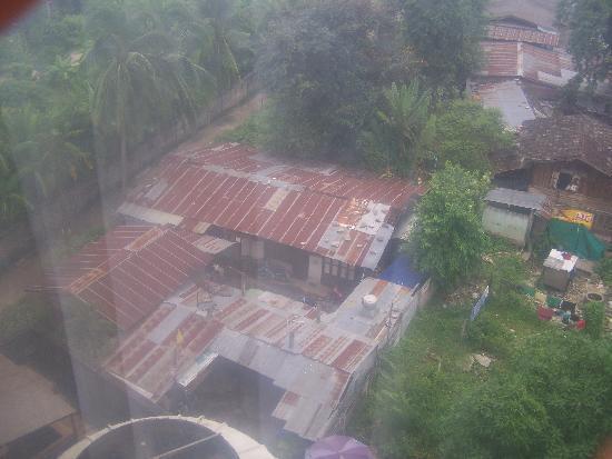 ChiangMai Phucome Hotel: Das Foto wurde aus dem Zimmerfenster aufgenommen. Unten kann man noch knapp eines der Gebläse fü
