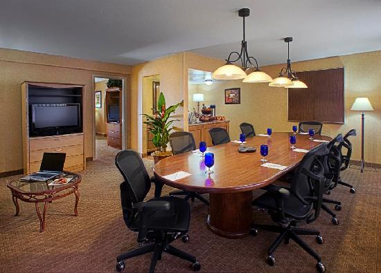 Embassy Suites by Hilton Phoenix Airport: Executive Suite Living Area