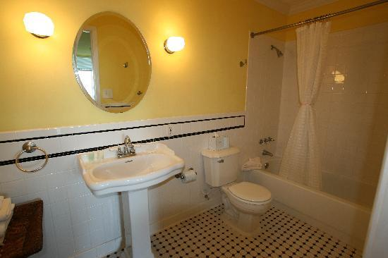 Apalachicola River Inn: the yellow tiled bath