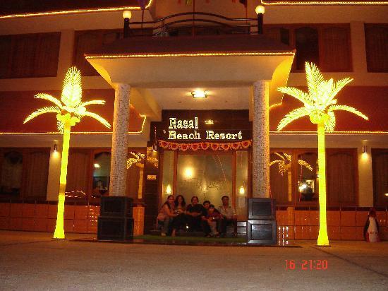 Rasal Beach Resort & Vista Rooms: Night view