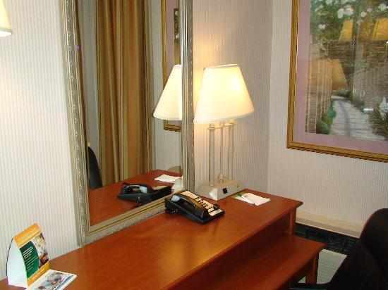 Holiday Inn Burlington Hotel & Conference Centre: I loved the roll-out desk!