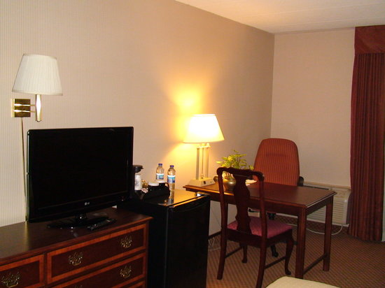 Holiday Inn Burlington Hotel & Conference Centre: spacious room