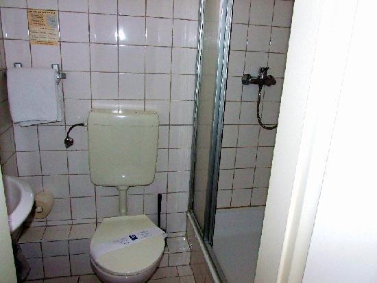 Hotel Belvedere: Das Bad ist etwas klein. WC von Alli... mag ich persönlich nicht... lieber Keramag oder Villeroy