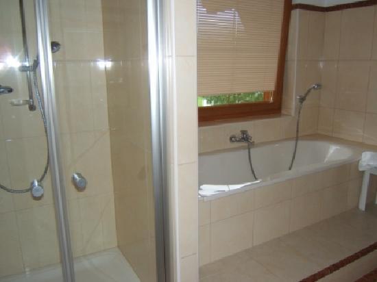 Sonnenhof Hotel + Appartements: Das riesige Bad der Panorama Suite, stets sehr sauber