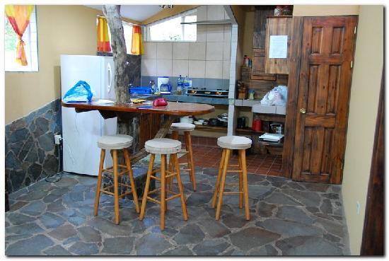 Rainbow Valley Lodge : Family cabin kitchen