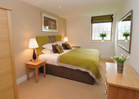 Highland Apartments by Mansley: Spacious Bedroom