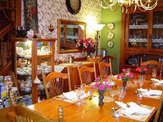 Country Victorian Bed and Breakfast: The beautiful dining room at Country Victorian.