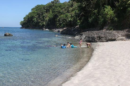 Bagac, Filipinas: Cove at one end of the beach