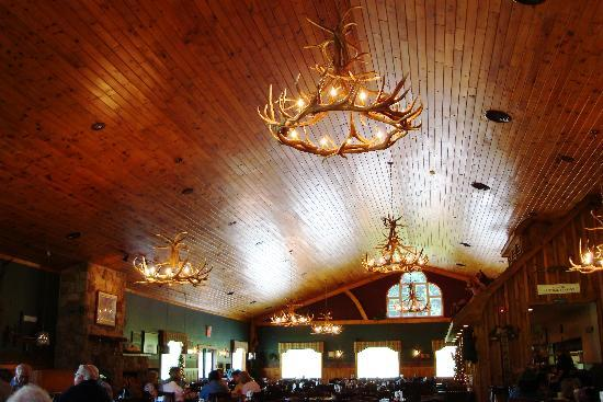Sprague's Maple Farm: Cathedral Ceiling in Main Dining Room-Huge Groups Fit Well Here