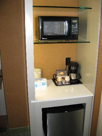 SpringHill Suites Louisville Downtown: frig, micro, coffee pot