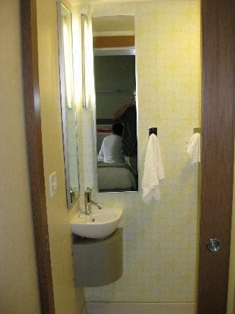 SpringHill Suites Louisville Downtown: sink in comode room