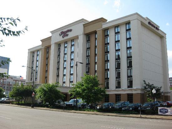 Hampton Inn Louisville Downtown: hotel view from Jefferson Avenue