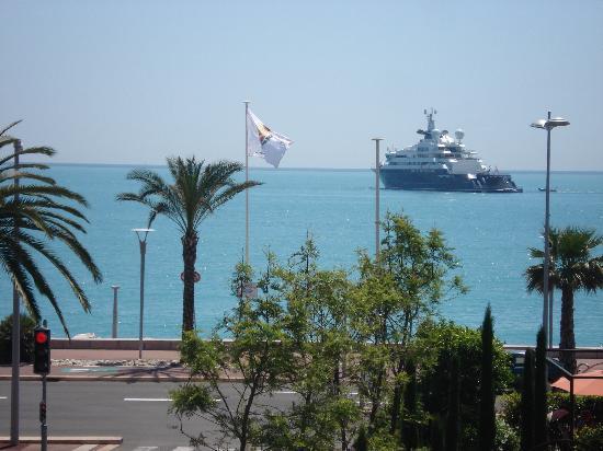 Appart'é Hôtel : même un beau yacht !!!vue de la chambre