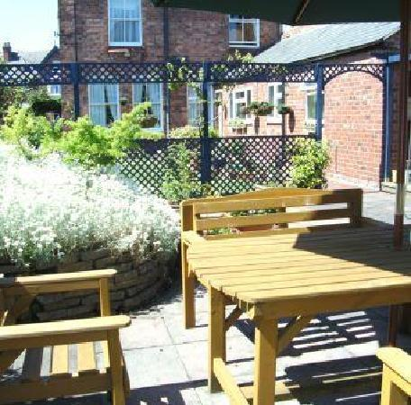 Chester Brooklands Bed and Breakfast: Breakfast in the Garden