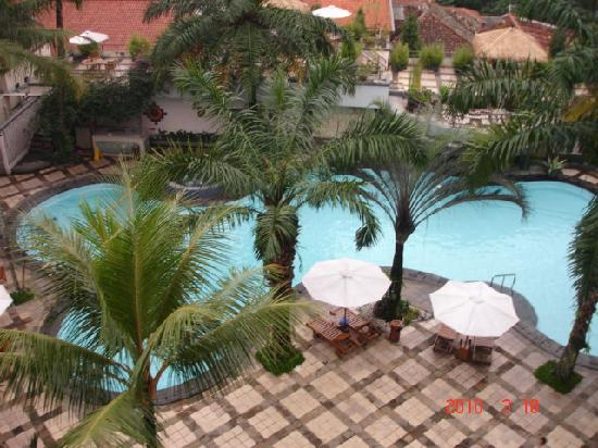 The Jayakarta Suites Bandung, Boutique Suites, Hotel & Spa: Swimming pool view from the balcony