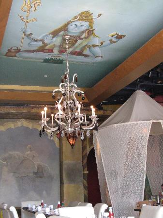 WIlly Broadleaf : Painted ceiling and canopies around tables