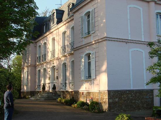 Neauphle-le-Chateau, Francia: The hotel façade