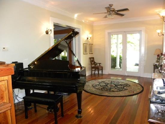 Aunt Martha's Bed & Breakfast: Grand Piano in Foyer