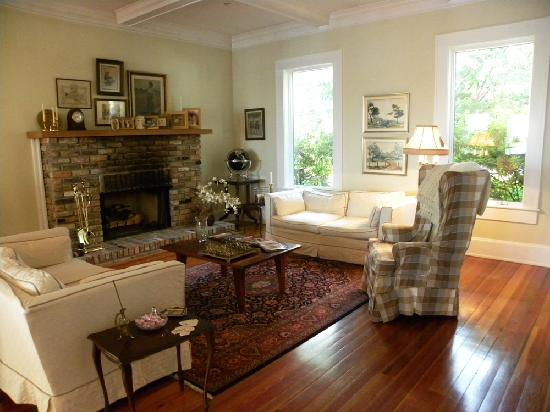 Aunt Martha's Bed & Breakfast: Living Room off of Foyer