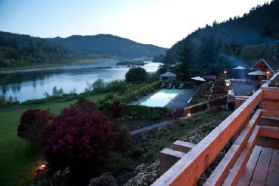 Tu Tu Tun Lodge: Rogue River and swimming pool view from balcony