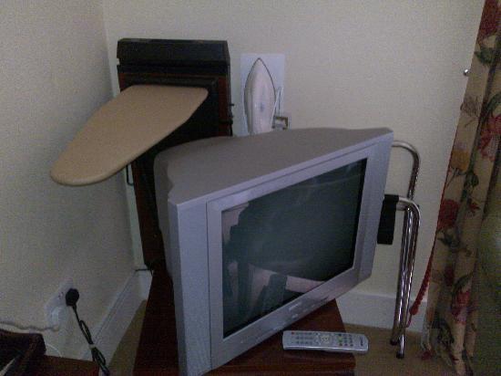 Castle Oaks House Hotel: Trouser press behind TV