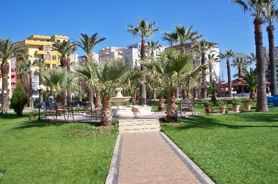 Adriatik Hotel: Pretty grounds
