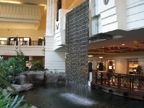 Grand Hyatt Dubai : Waterfall inside the hotel