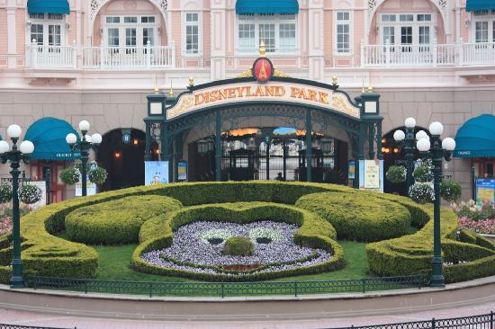 Parque Disneylandia: the outside gardens