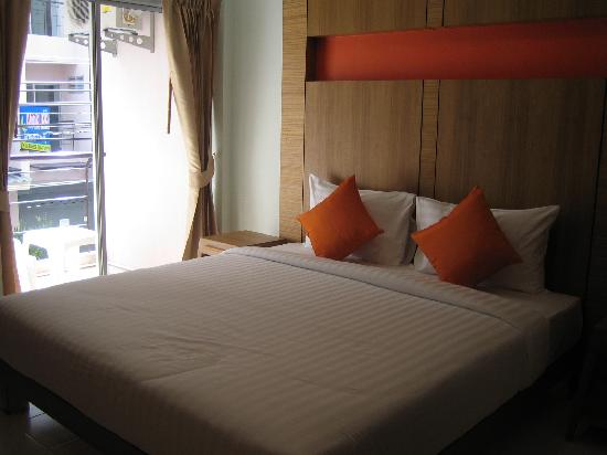 Baramee Hip Hotel Patong: bed ok