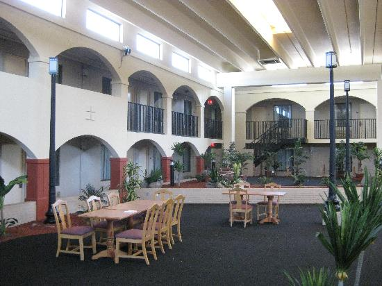 Days Inn Mattoon: Inside is beautiful, but you can't tell from outside
