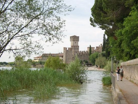 Sirmione, Italia: Walkway to Lido looking back to castle.