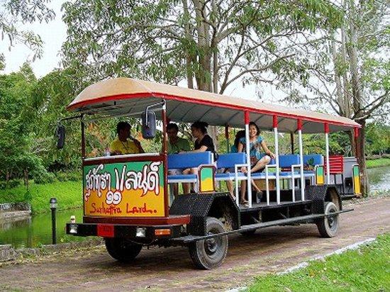 Ban Khai, Thailand: 園内はトラムに乗って