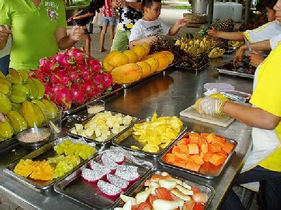 Ban Khai, Thailand: 南国フルーツ食べ放題