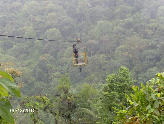 Bio Hostal Mindo Cloud Forest : cable car ride to the waterfall trails