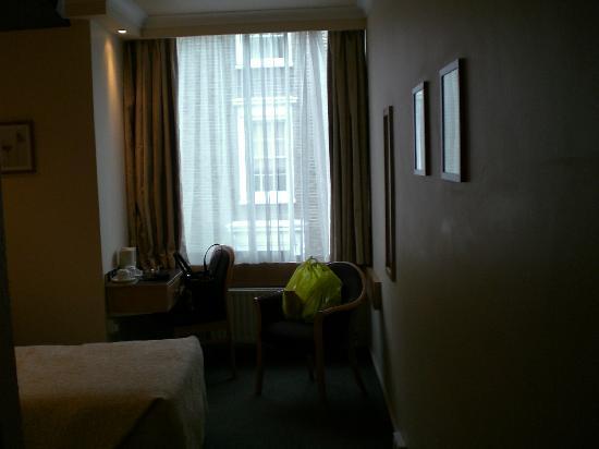 Lancaster Hall Hotel: Zimmer zum Fenster hin