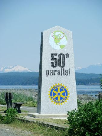 Campbell River, Kanada: The 50th parallel marker along the Rotary Sea Walk trail.