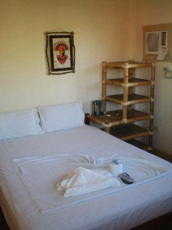 Sulu-Plaza Beach Hotel: Bedroom with small air con.