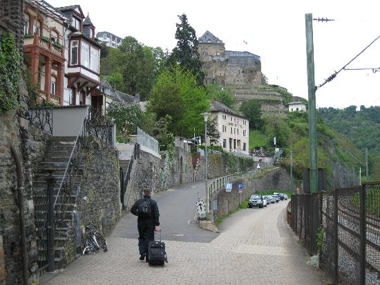 Loreley-Jugendherberge St. Goar: Road leading up to the hostel