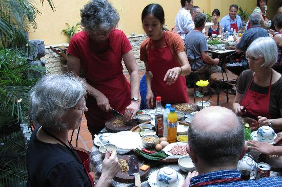 Old Hanoi Cooking Center : class in process