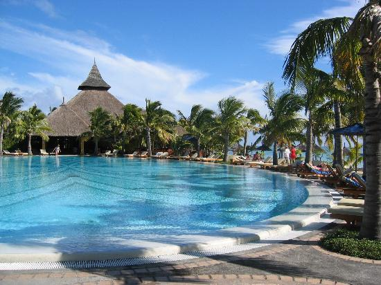 Paradis Beachcomber Golf Resort & Spa: The pool and Bar in background