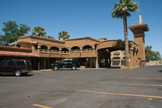 Best Western Rancho Grande: View of hotel from one of the parking areas
