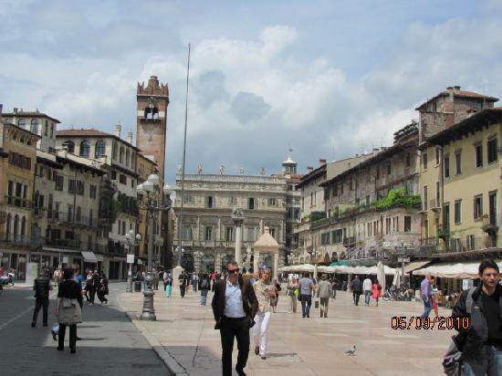 Accadmia in side street next to shopping area bild von for Accademia verona