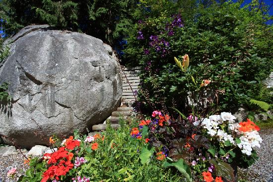 Rosemarie's Guest House B&B: Rock solid and flower beauty