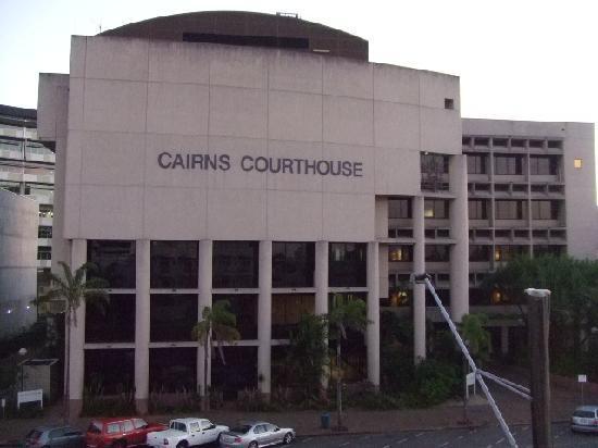 Il Centro Apartment Suites: 目の前が裁判所と警察署