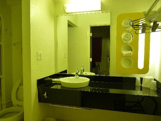 Motel 6 Baltimore - BWI Airport : Art Deco bathroom sink