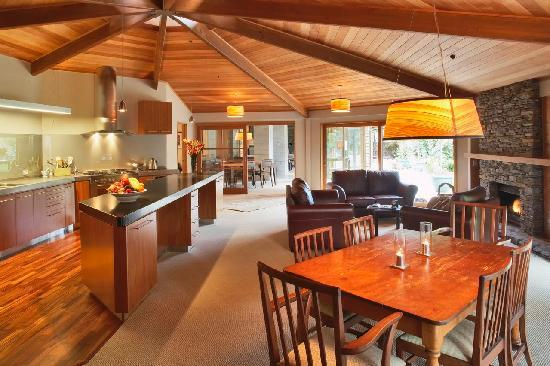 River Birches Lodge: River Birches' open kitchen area and living room make guest feel
