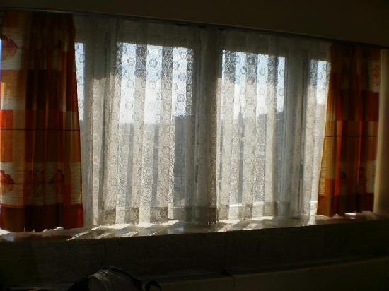 Finestra senza tende vale per tutte le camere! foto di hotel