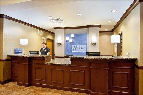 Holiday Inn Express Hotel & Suites Peru: Front Desk