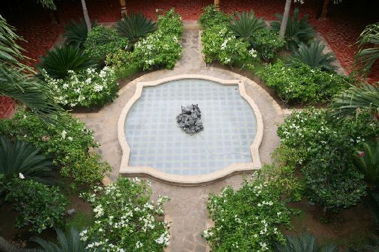 Miss Margrit's Guest House: Garden with fountain