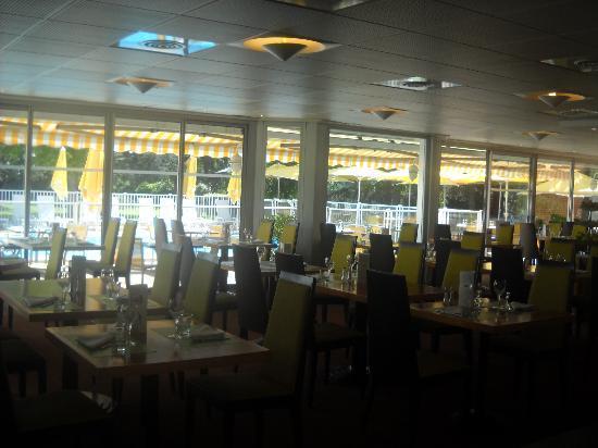 Novotel Toulouse Purpan Aéroport : Vue du restaurant face à la piscine